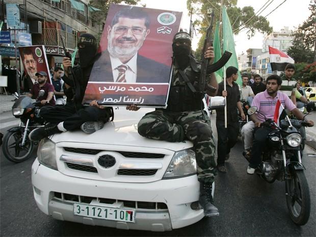 Militantes do Hamas comemoram, em Gaza, a vitória de Mohamed Morsi, no Egito (Foto: REUTERS/Mohammed Salem)