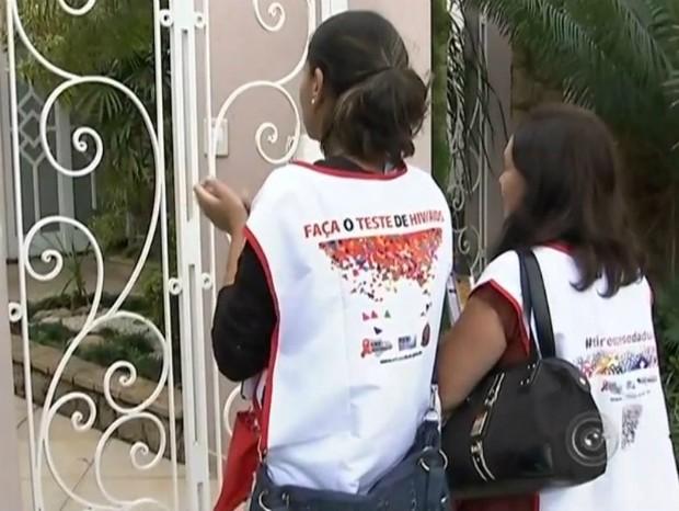 Agentes do Controle de Vetores visitam casas em Cerquilho (Foto: Reprodução/ TV TEM)