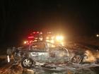 Jovem morre e dois ficam feridos após carro capotar e pegar fogo