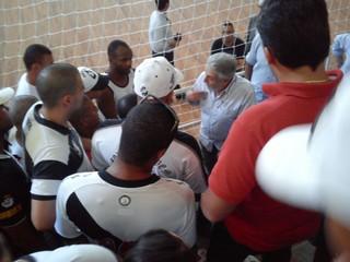 José Luis Moreira fala aos torcedores: clima quente no Vasco (Foto: Reprodução)