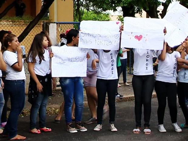 Alunos e pais usaram cartazes para protestar contra mudanças (Foto: Reprodução/Tv Fronteira)