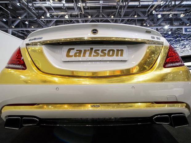 Traseira do veículo Marcedes S500 com partes cobertas de ouro. (Foto: Fabrice Coffrini/AFP)