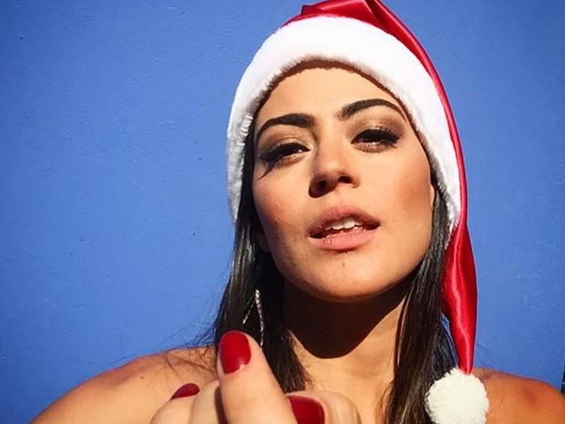 Carol Castro com gorro de Papai Noel (Foto: Instagram/ Reprodução)