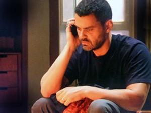 Enquanto observa as provas serem queimadas, Maurílio faz uma ligação  (Foto: TV Globo)
