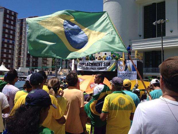 Manifestantes contra o governo Dilma voltam para o Farol da Barra após caminhada até o Morro do Cristo, em Salvador (Foto: Henrique Mendes/ G1)