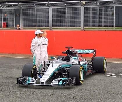 Lewis Hamilton e Valtteri Bottas no lançamento do novo carro da Mercedes (Foto: Divulgação)