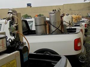Caminhonetes usadas no serviço contra dengue em Campo Grande (Foto: Reprodução/ TV Morena)