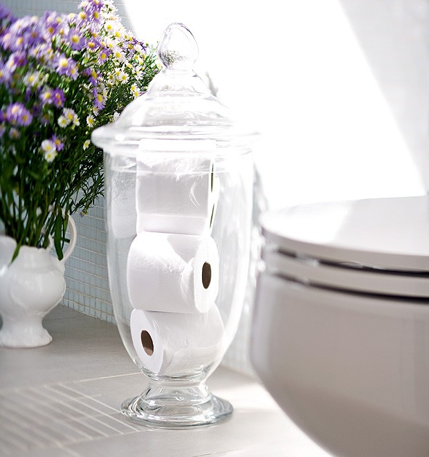 O decorativo pote de vidro com tampa guarda rolos sobressalentes de papel higiênico. Ninguém vai passar aperto. (Foto: Dulla/Editora Globo)