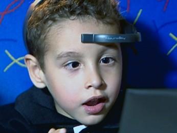 Equipamento ajuda Gabriel a aprender na Feevale, em Novo Hamburgo (Foto: Reprodução/ RBS TV)