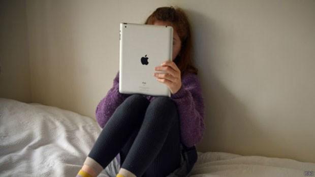 Olhar para tela luminosa antes de dormir pode enviar sinais errados ao cérebro e atrapalhar sonolência  (Foto: BBC)