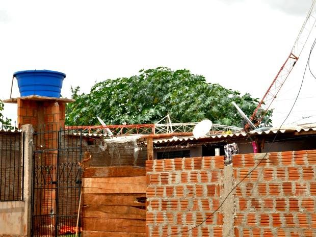 Torre de internet caiu em cima de duas casas do bairro Noroeste, na manhã desta quinta-feira (31) (Foto: Tatiane Queiroz/ G1MS)