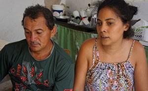 Silvano e Daiane vão esperar que o tempo melhore até o final do ano. Se não chover, o casal promete ir embora para Brasília (Foto: Anderson Barbosa/G1)