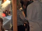 Cauã Reymond beija muito em restaurante no Leblon, no Rio