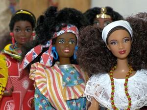 Fabíola contou que precisou importar bonecas negras (Foto: Reprodução/ TV Gazeta)