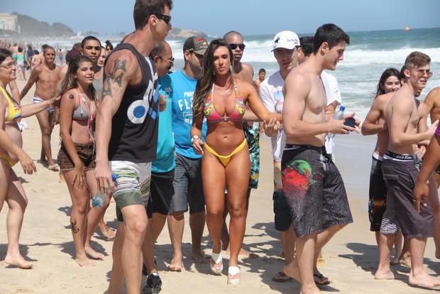 Nicole Bahls cercada por fãs em praia do Rio (Foto: Rodrigo dos Anjos/Agnews)