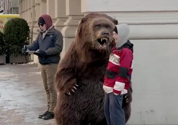 'Urso faminto' foi às ruas de Nova York (EUA) e ficou parado em esquina durante ação de fabricante de iogurte (Foto: Reprodução/YouTube/ChobaniYogurt)