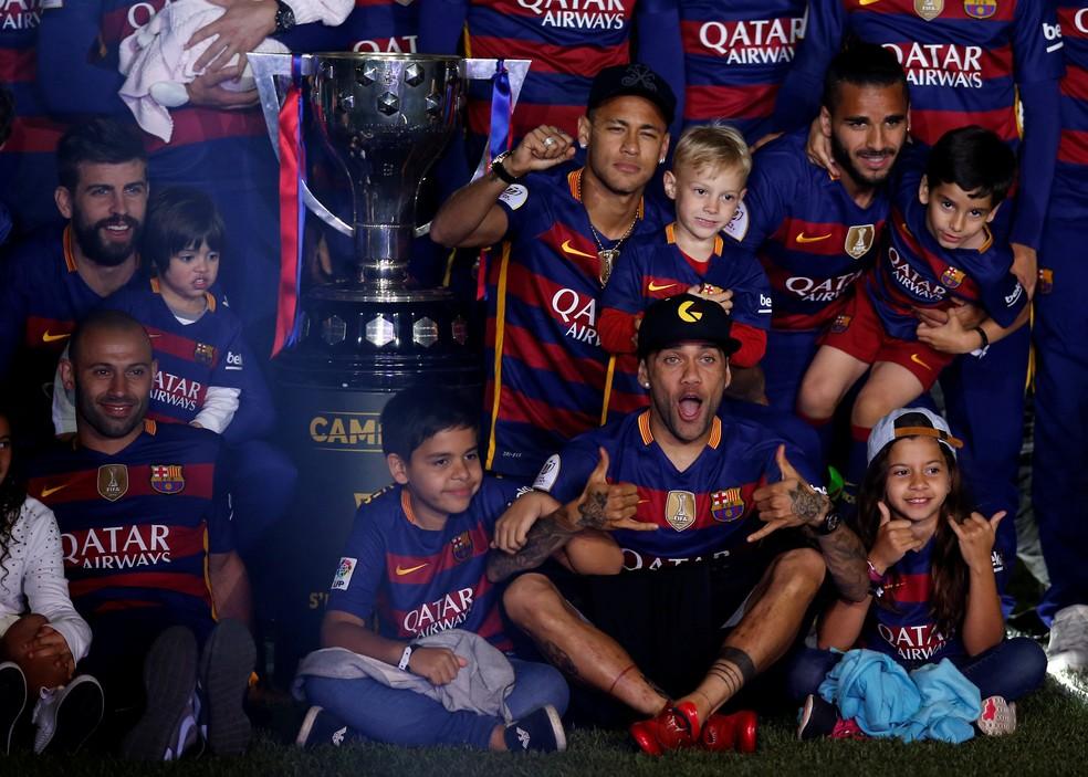 Daniel Alves com a taça de Campeão Espanhol de 2015/16 (Foto: Reuters / Albert Gea)