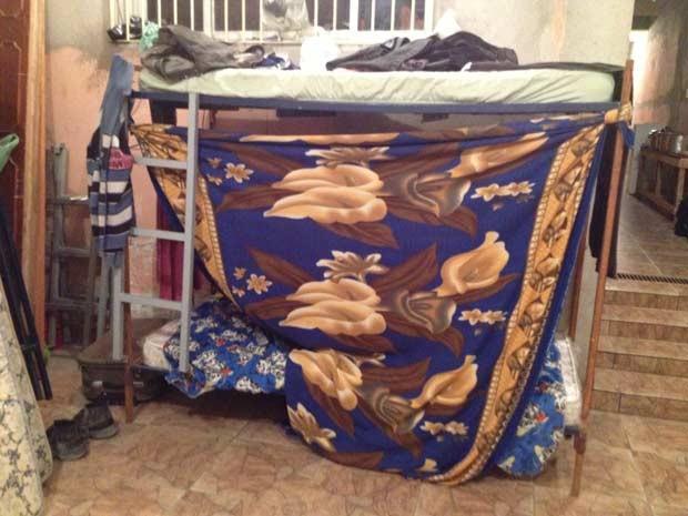 Cama em alojamento de operários na Zona Leste (Foto: Glauco Araújo/G1)