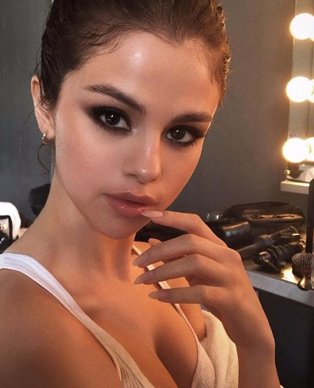 Selena Gomez com as unhas no formato stiletto (Foto: Reprodução )