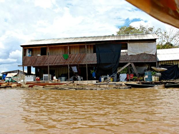 RO Rio Madeira Hotel flutuante onde cerca de 20 pessoas estão abrigadas (Foto: Ivanete Damasceno/G1)