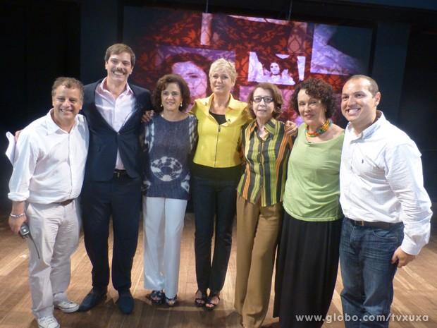 No teatro Poeira, Xuxa posa junto com atores e equipe do TV Xuxa (Foto: TV Xuxa / TV Globo)