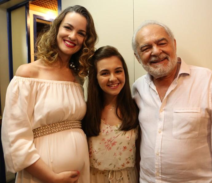 Carolina Kasting exibe a barriguinha de sua segunda gravidez, ao lado de Klara Castanho e Othon Bastos (Foto: Carol Caminha / Gshow)