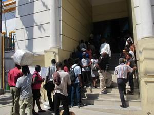 Haitianos fazem fila na frente da embaixada em Porto Príncipe em busca do visto (Foto: Tahiane Stochero/G1)