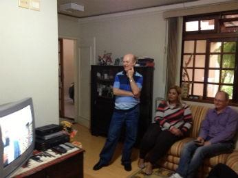 Irmãos de Dom Odilo em frente à tv: expectativa pela fumaça branca (Foto: Cassiane Seghatti/G1)