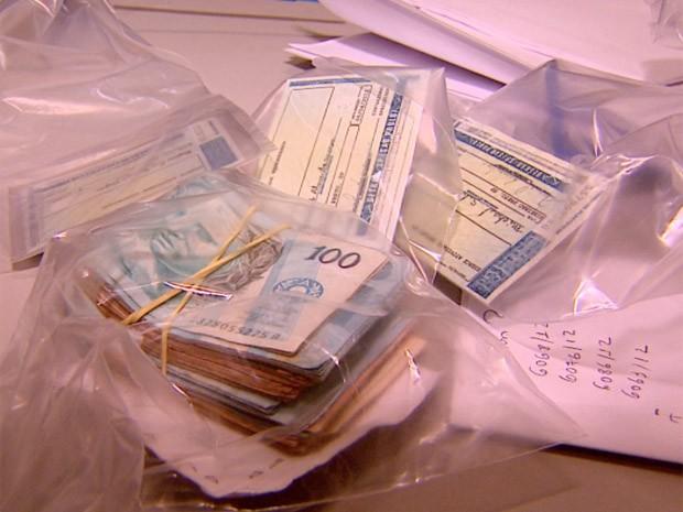 Polícia apreendeu 19 carteiras de habilitação fraudadas em Ribeirão Preto, SP (Foto: Reprodução/EPTV)