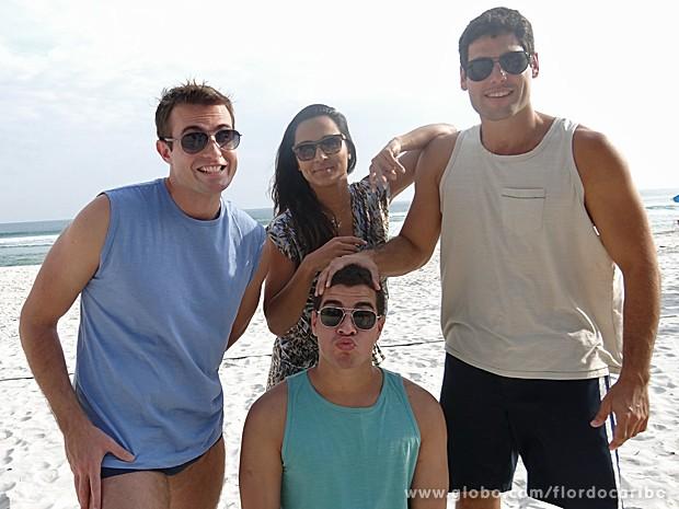 Max, Thaíssa, Thiago e Dudu brincam em gravações na praia (Foto: Flor do Caribe / TV Globo)