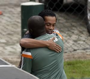 Ronaldinho abraça Marcão (Foto: andré durão)