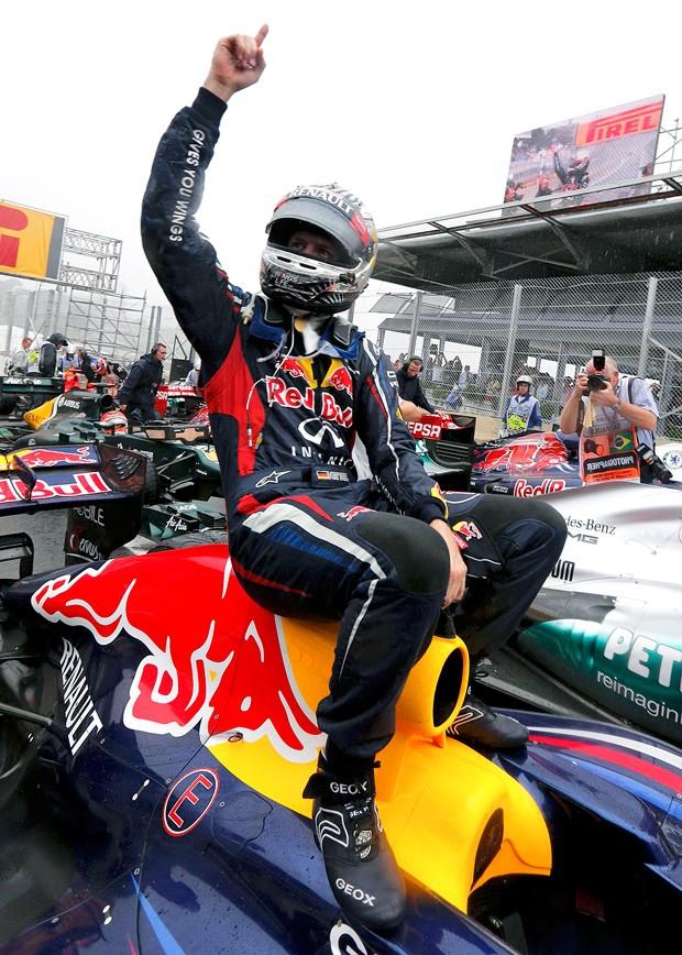 Vettel comemoração GP Brasil tricampeão (Foto: Reuters)