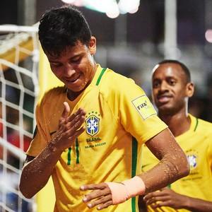 Mauricinho bate no peito para comemorar na vitória que deu o hepta ao Brasil  (Foto: Lea Well / Divulgação / BSWW)
