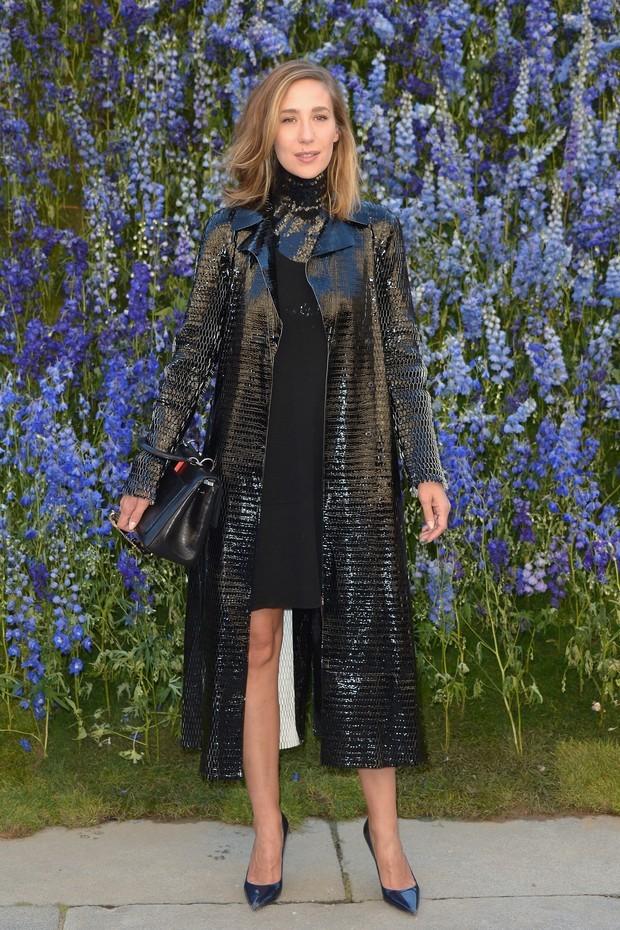 Paola de Orleans e Bragança usa maxicasaco com brilho na semana de moda de Paris (Foto: Getty  )