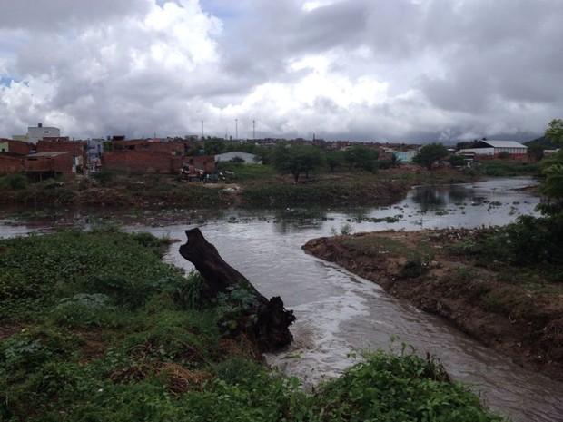 Córrego transbordou e água invadiu comércios no bairro (Foto: Renata Torres/ TV Asa Branca)