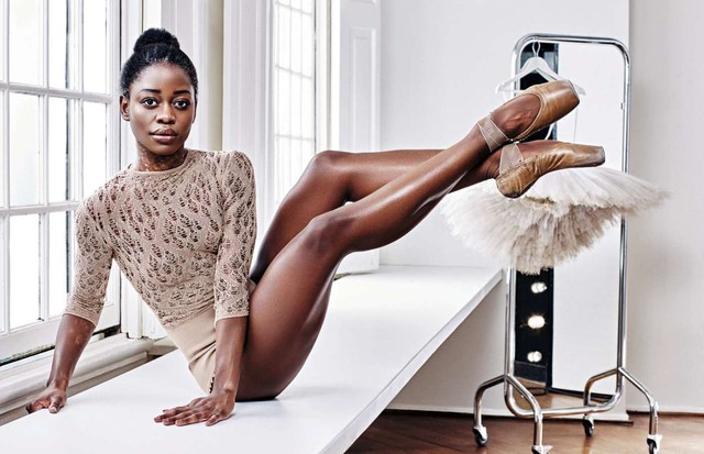 Michaela DePrince veste body Maison Margiela no estúdio do Dutch National Ballet, em Amsterdã (Foto: Alique Johanna Elisabeth Van Den Heuvel / Conde Nast Archive)