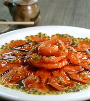 Carpaccio de salmão com molho de maracujá (Foto: Divulgação)