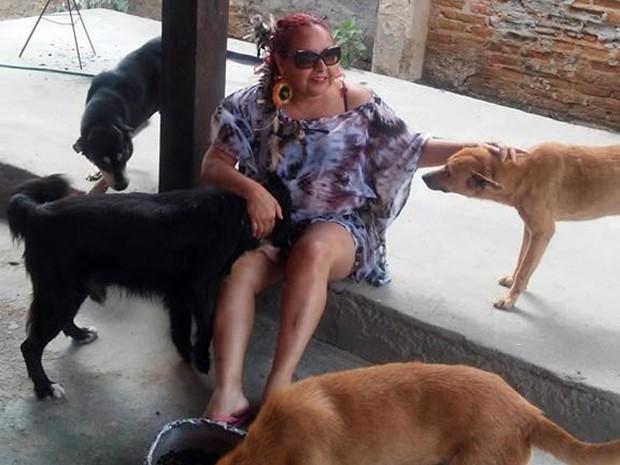 Professora é protetora de animais há 15 anos e cuida de 14 cães em casa (Foto: Ana Maria de Barros/Arquivo Pessoal)