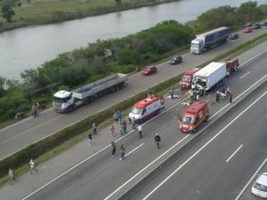 Acidente com caminhões fechou a BR-101, em Laguna (Foto: Batalhão de Operações Aéreas dos Bombeiros/Divulgação)