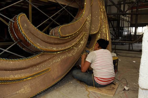 Funcionária ajuda na confeccção de alegoria da Vila Maria (Foto: Marcos Ribas/EGO)