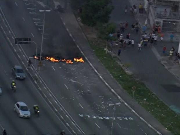 """Manifestantes bloquearam pista da Radial e escreveram """"Queremos passarela"""" (Foto: Reprodução/TV Globo)"""
