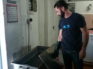 Comerciante de Itu calcula ter gasto R$ 20 mil com caixas d'água, caminhões-pipa e tanque desengordurante (Foto: Natália de Oliveira / G1)