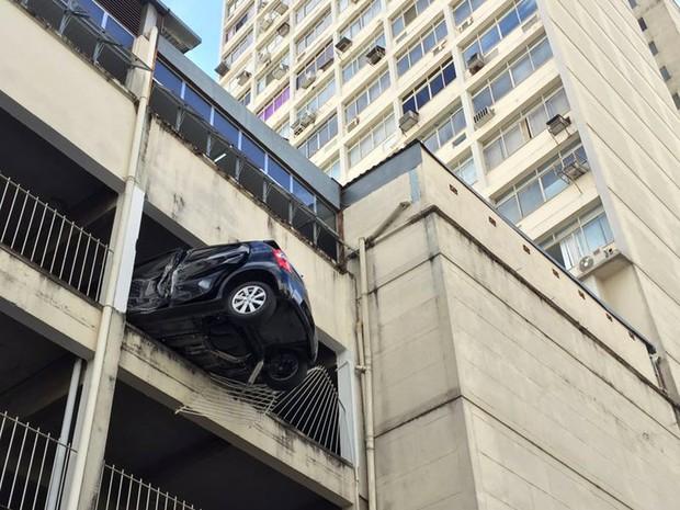 Carro pendurado em garagem de prédio no Centro de Juiz de Fora (Foto: Sérgio Bara/Arquivo Pessoal)