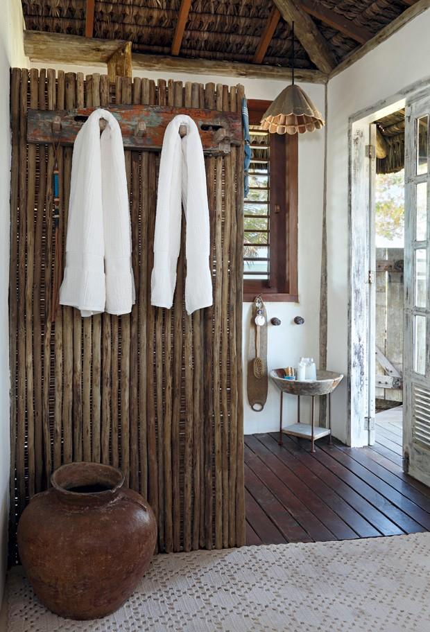 Ducha | Ripas de madeira biriba separam a área molhada e dão suporte ao toalheiro (Foto: Evelyn Müller / Living Inside)