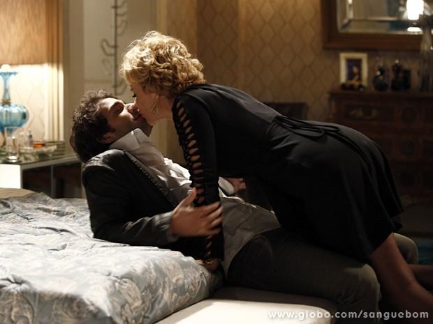 Fabinho seduz Bárbara e beija a diva (Foto: Sangue Bom/TV Globo)