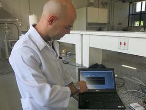 Mauro Braga criou um sistema para monitorar as bactérias dos resíduos (Foto: Mariane Rossi/G1)