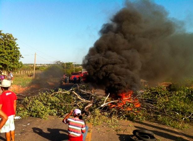 Galhos e pneus foram queimados para obstruir a pista (Foto: Henrique Dovalle/Inter TV Cabugi)