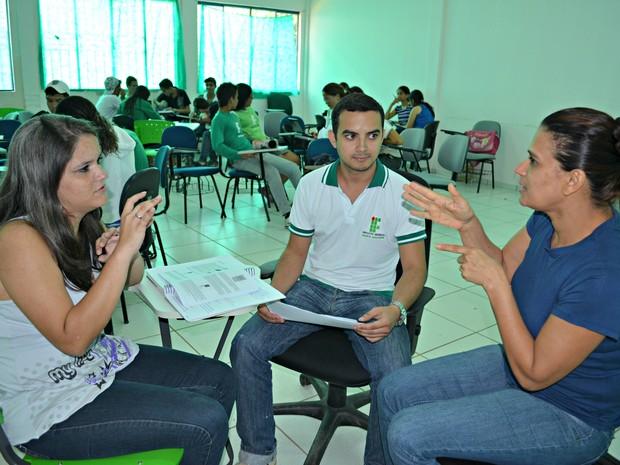 Cleisiane (esq.) recebe orientação da tradutora-intérprete Norma (Foto: Eliete Marques/G1)