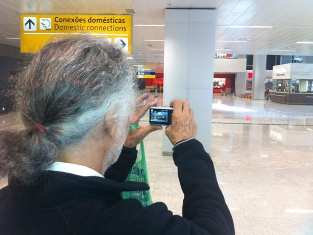 Analista de sistemas Geraldo Bonfim, de 69 anos, fez percurso de 20 quilômetros para conhecer o Terminal 3. (Foto: Tatiana Santiago/G1)