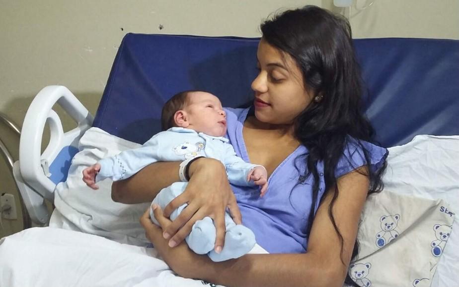 'Deixaria qualquer festa para estar aqui', diz mãe do primeiro bebê do DF em 2017